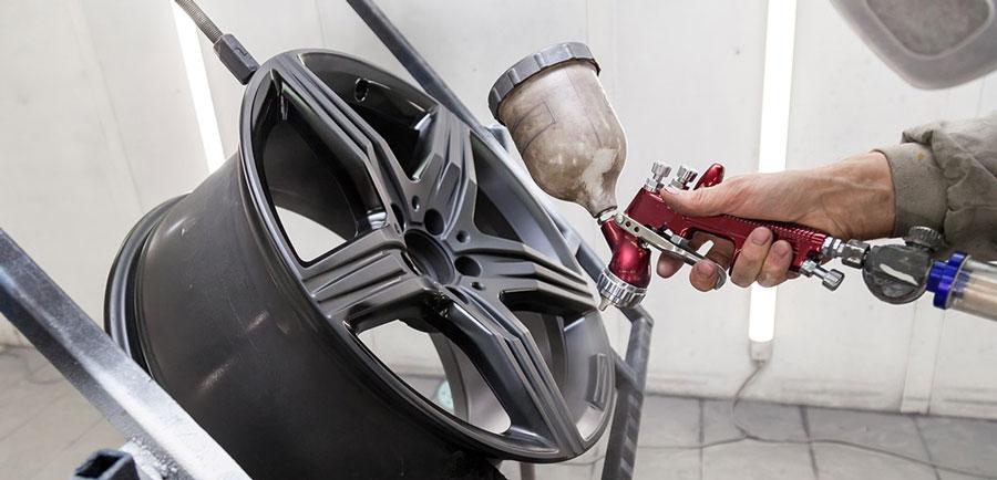 Hoe je zelf je auto velgen kan opknappen door te lakken
