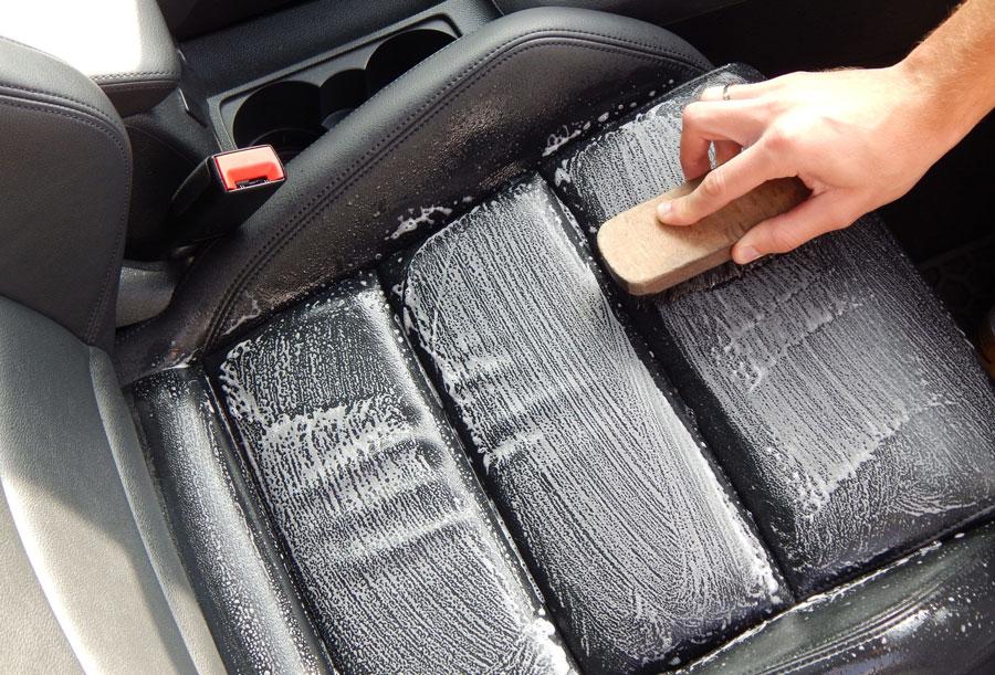 Leren autostoel schoonmaken